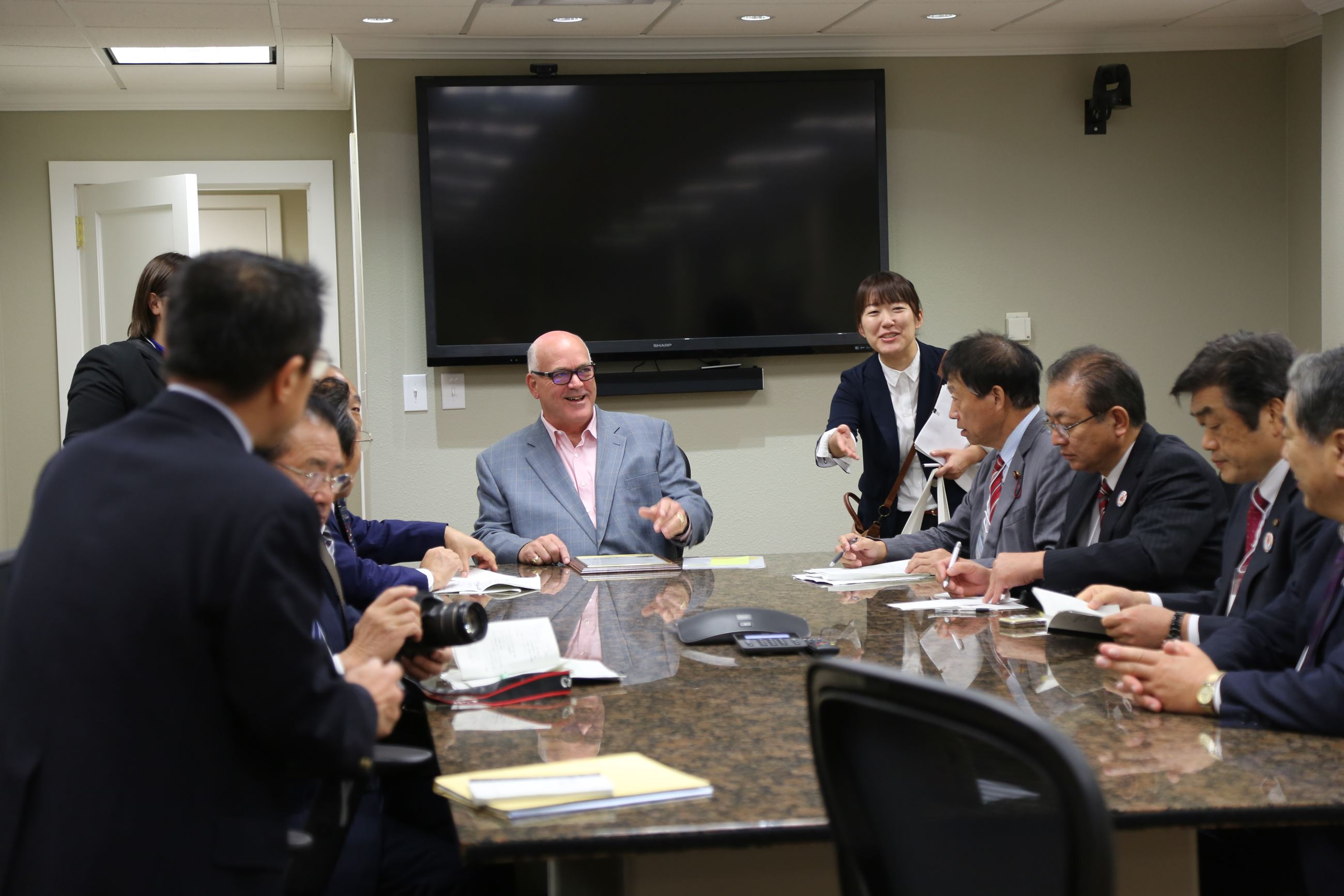 Mayor speaks with Niigata Councilmen